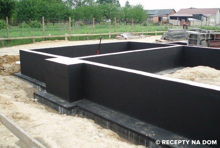 Izolacja pionowa ław fundamentowych