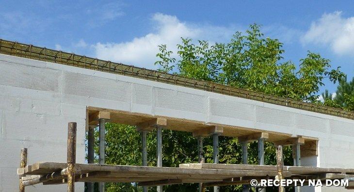 Fot. 1 – Do zabetonowania nawet dużego nadproża okiennego nie opłaca się zamawiać betonu w wytwórni – lepiej zrobić go na budowie w betoniarce